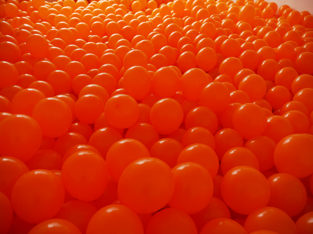2009_06_orange_balloon_room_03